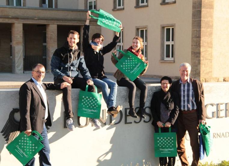 Familie Essig und Georg Zimmermann (FDK) vor dem Bundessozialgericht